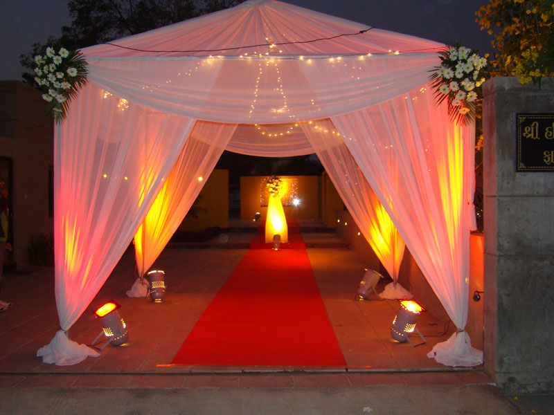 Decoration The Entrance Gate With Proper And Beautiful Flowers Make People Feel A Sense Of Welcome To Any Wedding Sajavat Decorators Provide Lovely